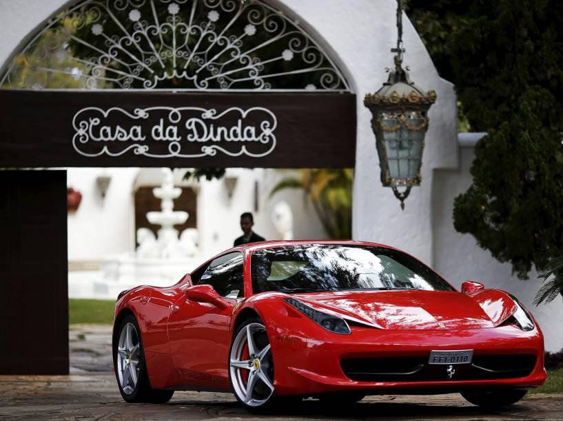 Polícia Federal apreende uma Ferrari na Casa Dinda, residência do senador Fernando Collor de Mello, em Brasília, durante a Operação Politeia - 14/07/2015