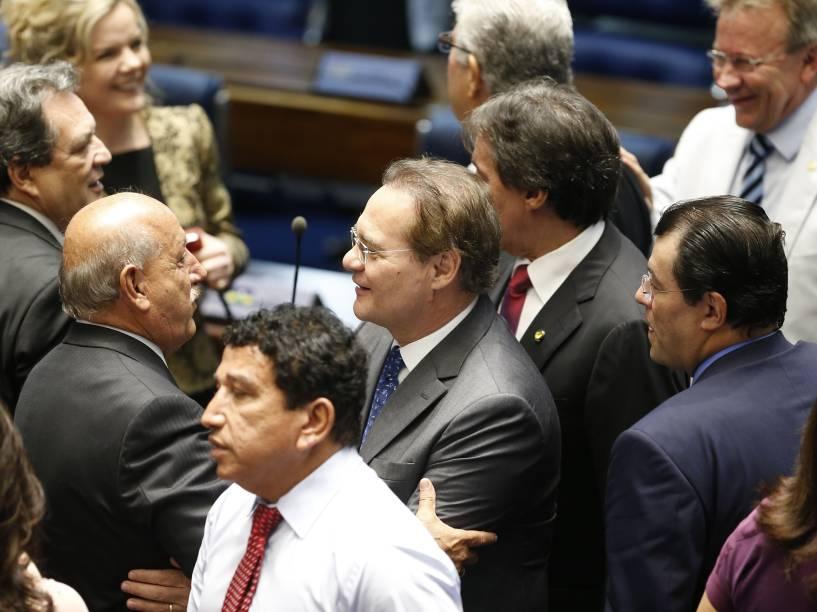 Movimentação de senadores durante cerimônia de posse no plenário da Casa, neste domingo - 01/02/2015