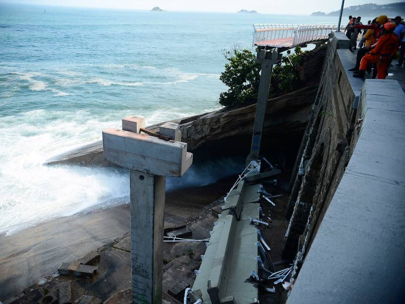 Desabamento de parte da recém-inaugurada ciclovia Tim Maia, na Avenida Niemeyer, no Rio de Janeiro (RJ), durante uma ressaca no mar de São Conrado, deixa mortos e feridos - 21/04/2016