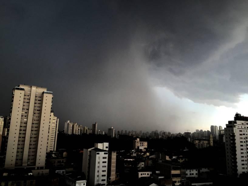 Céu de São Paulo fica coberto por núvens de tempestade - 14/01/2015