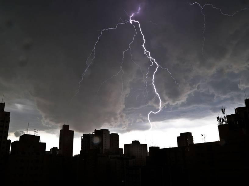 Forte chuva com muitos raios atinge a região do Ibirapuera, na zona sul de São Paulo - 12/01/2015