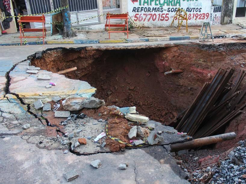 Cratera causada pela chuva dos últimos dias é vista na rua Rainha Vitória Eugênia, no bairro do Jabaquara, na zona sul de São Paulo - 13/01/2015