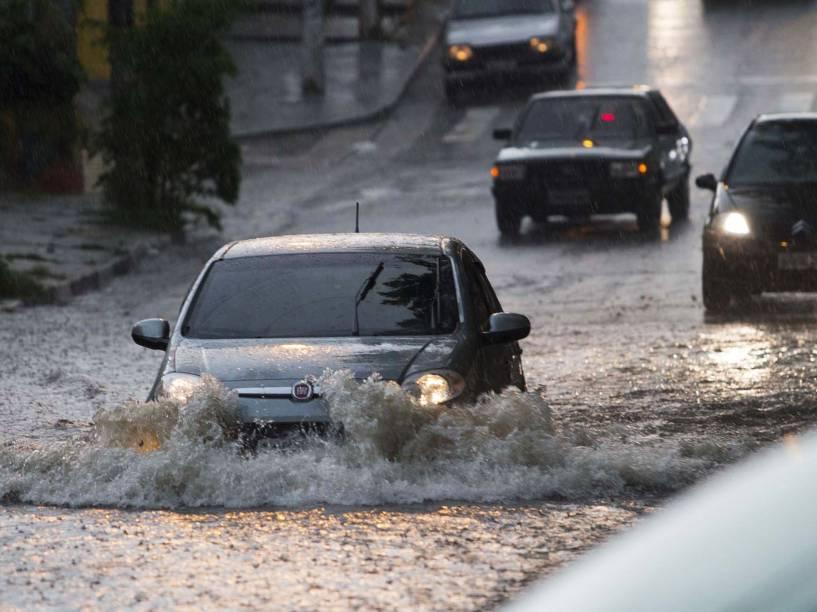 Forte chuva causa alagamento entre a avenida Juntas Provisórias com rua Dom Lucas Obes, no bairro do Ipiranga, na zona sul da capital paulista - 14/01/2015