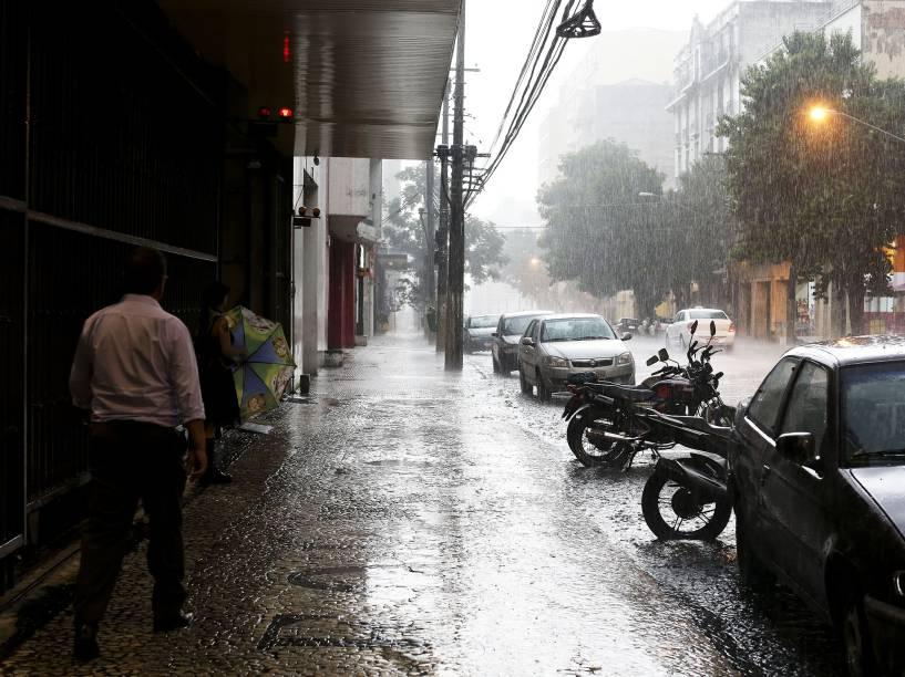 Chuva causa alagamento na rua São Caetano, próximo à avenida do Estado, na região do Bom Retiro em São Paulo - 14/01/2015