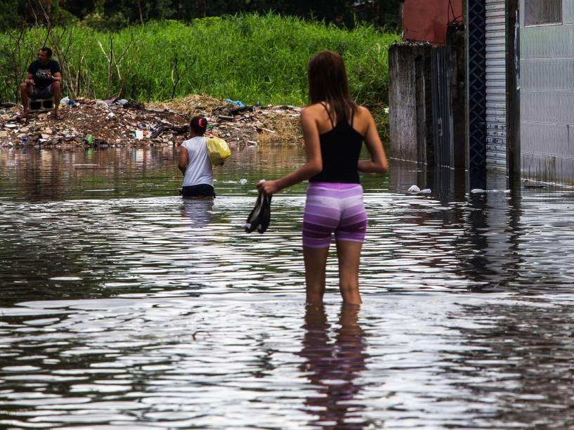 Rua alagada no Itaim Paulista, zona leste, após forte chuva que caiu durante a madrugada do último dia 17 de fevereiro