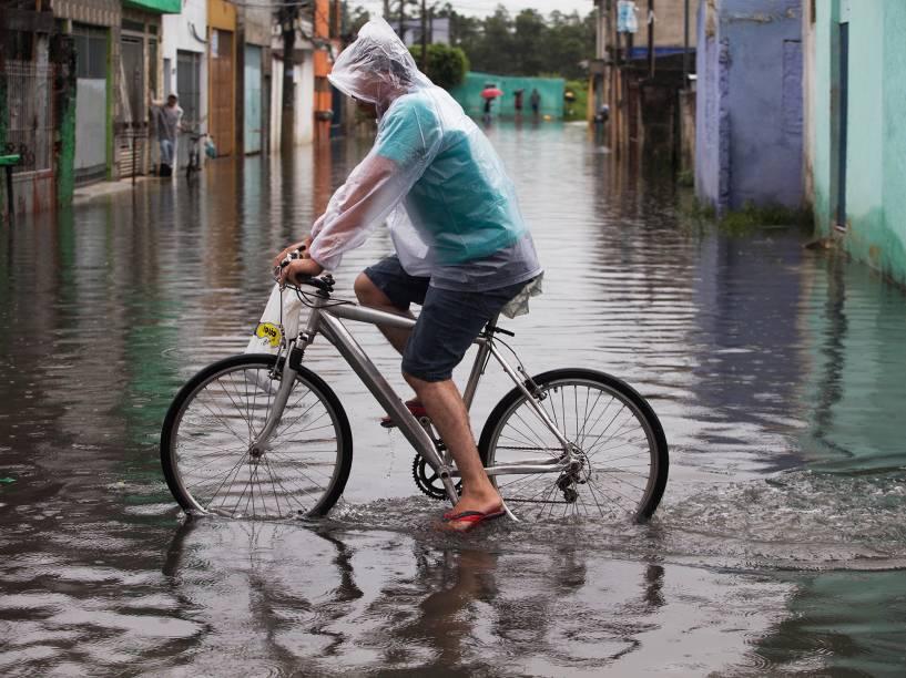 Alagamento em rua na Vila Itaim, na zona leste de São Paulo. Situação do bairro está assim desde a última segunda-feira (16), após forte chuva que vem atingindo o bairro