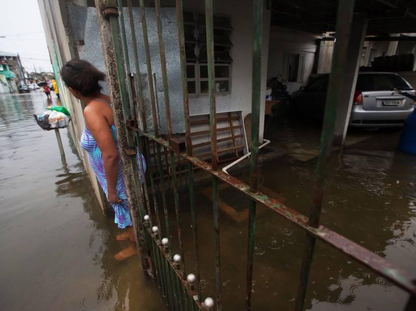 Água da chuva invade casas no Itaim Paulista, zona Leste de São Paulo