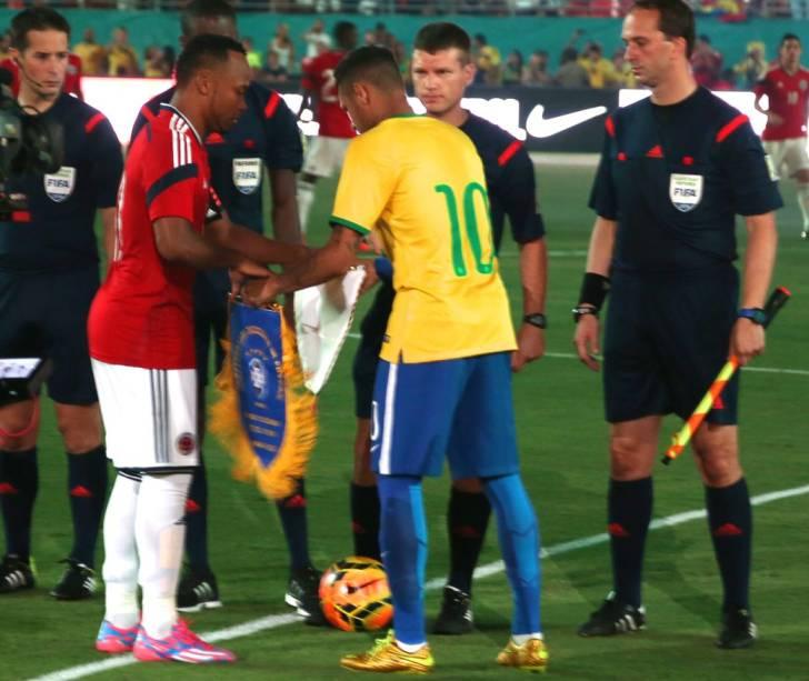 O reencontro entre Neymar e Zúñiga logo antes do jogo, em Miami