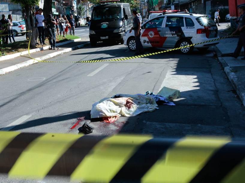 Corpo de um dos assassinados na Rua Eurico da Cruz no bairro Munhoz Junior zona norte de Osasco