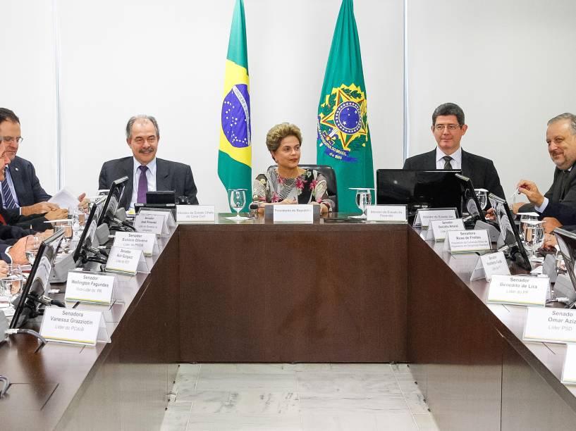 Presidente Dilma Rousseff, ao lado dos ministros Aloizio Mercadante (Casa Civil), Joaquim Levy (Fazenda), Nelson Barbosa (Planejamento) e Ricardo Berzoini (Comunicações), participa de reunião com senadores da base aliada no Senado, no Palácio do Planalto - 15/09/2015
