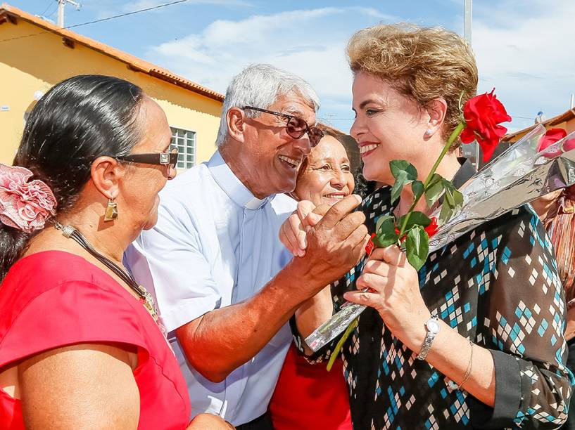 A presidente da República, Dilma Rousseff, entrega unidades do Minha Casa, Minha Vida, simultânea a entregas em Uberaba (MG), Camaçari (BA), Campos dos Goytacazes (RJ) e Itapipoca (CE) - 05/05/2016