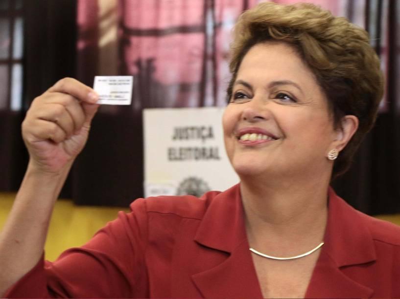A presidente e candidata a reeleição pelo PT, Dilma Rousseff, chega para votação na Escola Santos Dumont, zona sul de Porto Alegre, na manhã deste domingo (26)