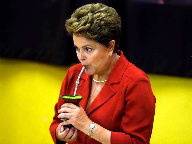 A presidente Dilma Rousseff toma chimarrão depois da votação do segundo turno, na manhã deste domingo (26), em Porto Alegre