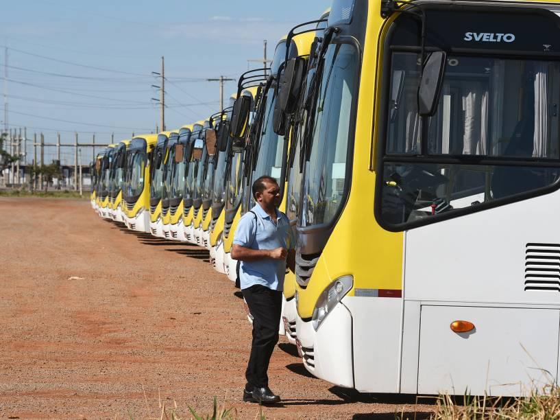 Ônibus estacionados na garagem da Viação Pioneira durante dia de greve dos rodoviários no Distrito Federal - 06/11/2014