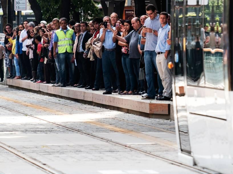 Passageiros aguardam em plataforma, na inauguração do VLT (Veículo de Leve sobre Trilhos), no Rio de Janeiro (RJ) - 06/06/16