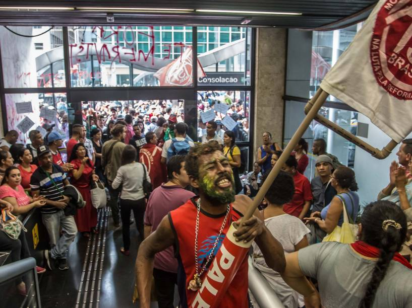 Integrantes do MTST (Movimento dos Trabalhadores Sem Teto) ocupam o prédio do escritório da Presidência da República, na avenida Paulista, em São Paulo - 01/06/2016