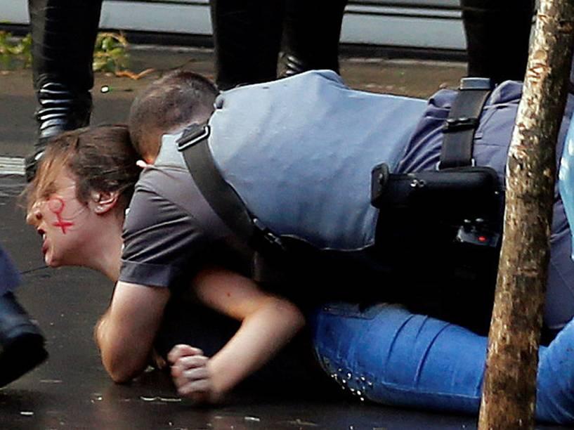 Militantes do Movimento dos Trabalhadores Sem Teto (MTST) entram em confronto com a Polícia Militar, na Avenida Paulista, em São Paulo (SP) - 01/06/2016