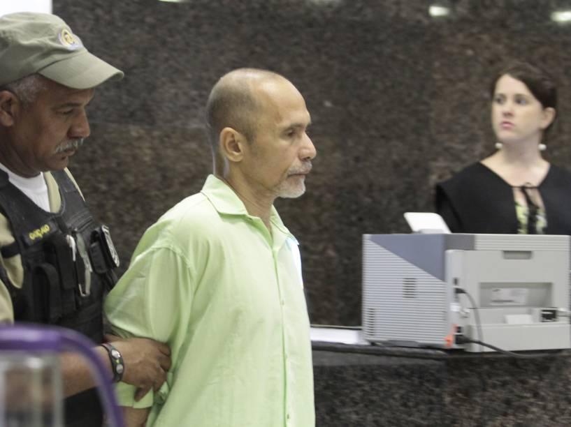 O réu Jorge Beltrão Negromonte da Silveira, acusado pelo crime de canibalismo, chega para o julgamento no Fórum de Olinda, em Recife