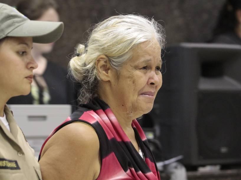 A ré Isabel Cristina Torreão Pires, acusada pelo crime de canibalismo, chega para o julgamento no Fórum de Olinda, em Recife