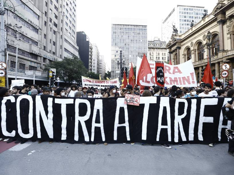 Manifestantes se concentram em frente ao Theatro Municipal, no centro da capital paulista, para o protesto contra aumento da passagem no transporte público organizado pelo MPL (Movimento Passe Livre) - 09/01/2015
