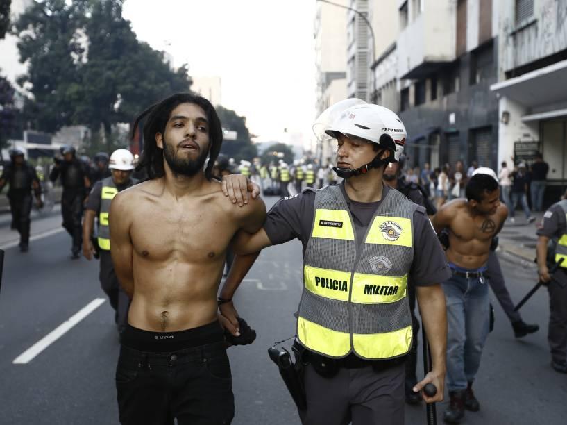 PM e um grupo de black blocs entraram em confronto durante ato contra o aumento das tarifas de ônibus, metrô e trem, organizado pelo MPL (Movimento Passe Livre), na tarde desta sexta-feira na região central de São Paulo - 09/01/2015