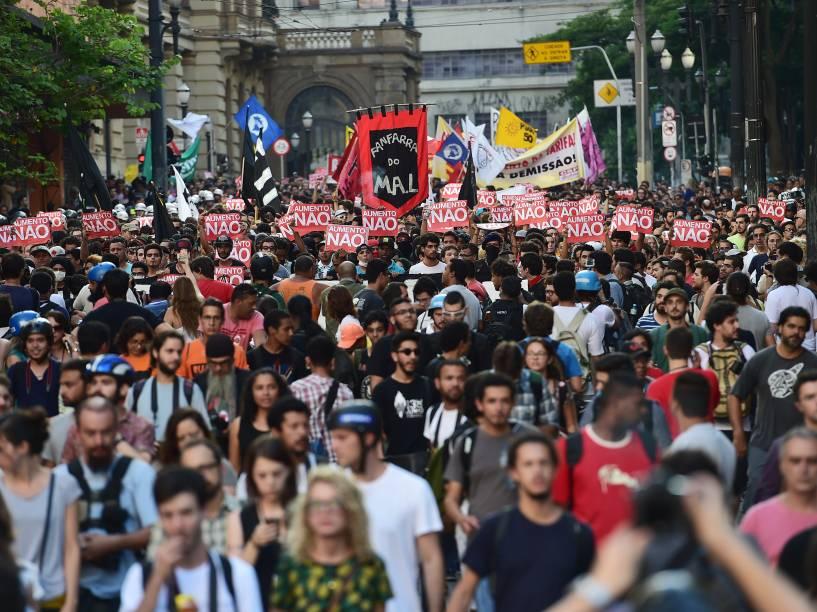 Ato contra o aumento das tarifas de ônibus, metrô e trem, reuniu milhares de pessoas na região central de São Paulo - 09/01/2015