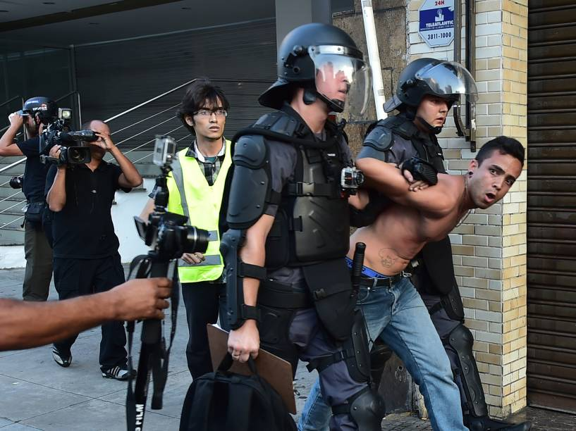 Homem é detido durante ato contra o aumento das tarifas de ônibus, metrô e trem, organizado pelo MPL (Movimento Passe Livre), na tarde desta sexta-feira na região central de São Paulo - 09/01/2015