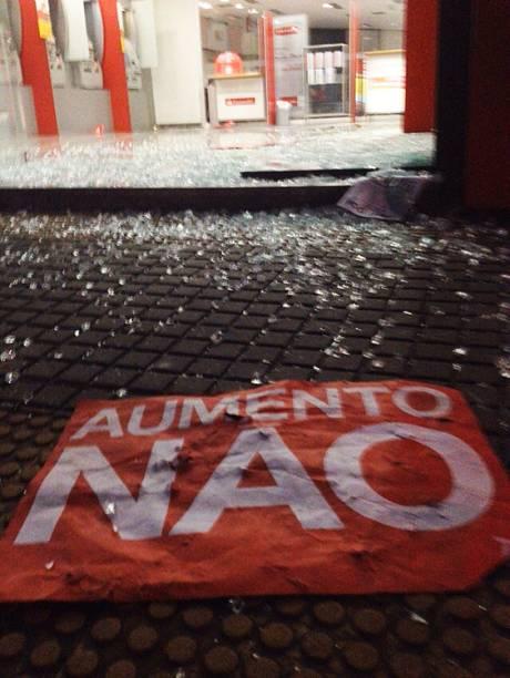 Agências bancárias na região central da capital paulista foram alvo de vandalismo durante protesto contra o aumento da tarifa do transporte público na cidade - 09/01/2015