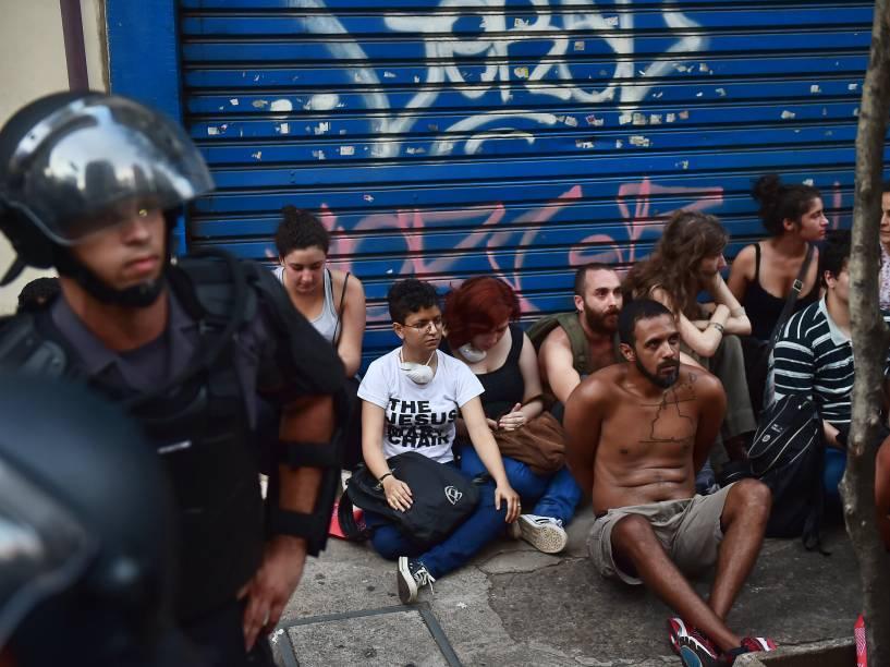 Manifestantes detidos durante ato contra o aumento das tarifas de ônibus, metrô e trem, organizado pelo MPL (Movimento Passe Livre), na tarde desta sexta-feira na região central de São Paulo - 09/01/2015<br><br>