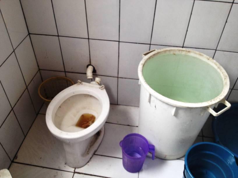 Galão cheio de água armazenado sem tampa em hotel na Cracolândia