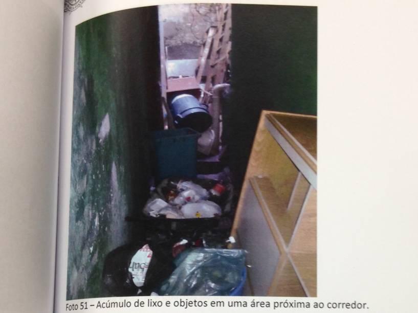 Lixo armazenado em local inadequado na Pensão Azul
