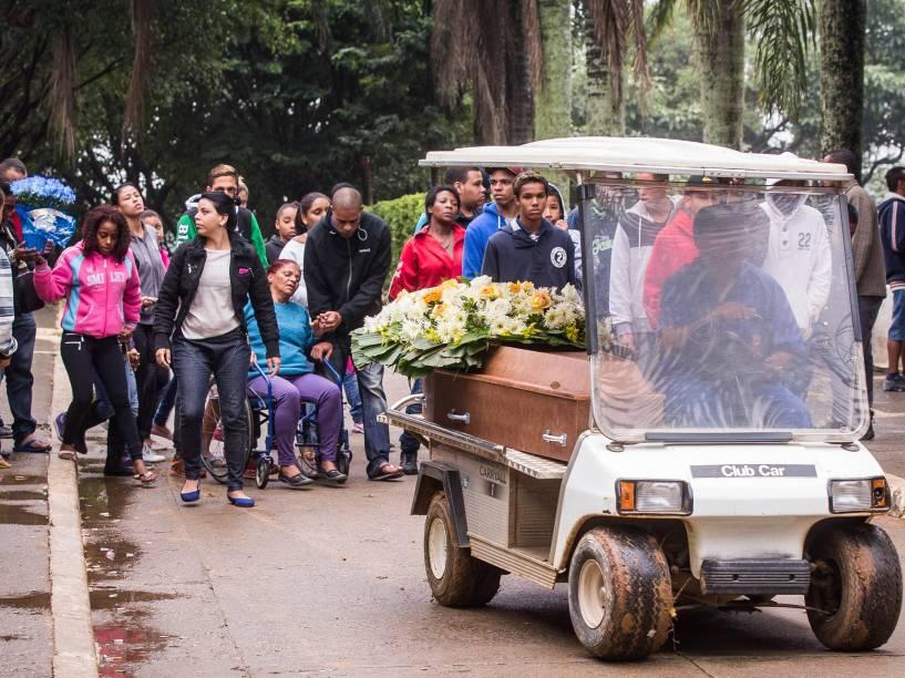 Enterro de menino de 10 anos, que foi morto pela polícia militar após suspeita de roubar um carro