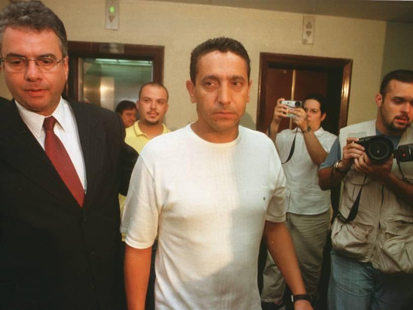 O empresário Sergio Gomes da Silva (no centro), que estava com o prefeito de Santo André, Celso Daniel, no momento em que ele foi sequestrado, sendo conduzido para prestar depoimento