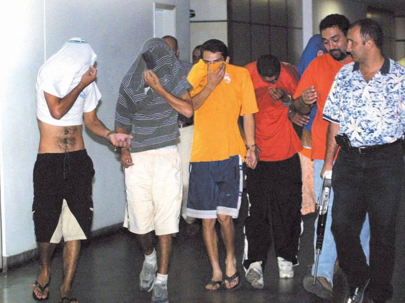 Suspeitos do sequestro e morte do prefeito de Santo André, Celso Daniel, sendo conduzidos para depoimento no Deic