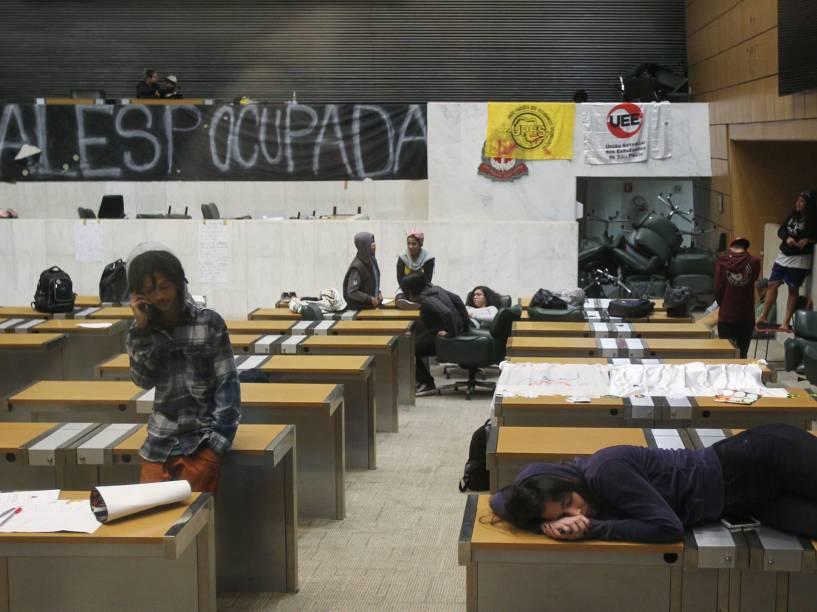 Estudantes secundaristas passam a madrugada após ocuparem o prédio da Assembleia Legislativa de São Paulo na região do Ibirapuera, zona sul de São Paulo. Os estudantes são contra o fechamento de salas de aula e pedem a criação da CPI da merenda - 04/05/2016