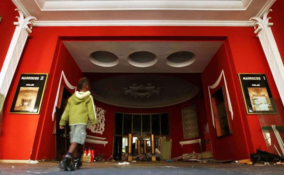 Saguão do antigo Cine Marrocos, invadido por integrantes do Movimento sem-teto de São Paulo (MSTS)