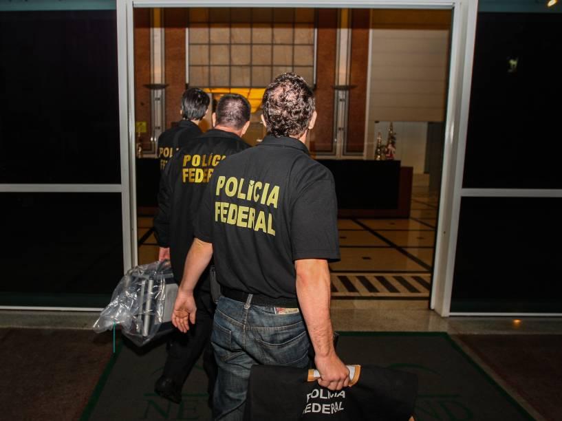 Agentes da PF e da Receita Federal em frente ao prédio onde fica o escritório da construtora OAS na região central de São Paulo. A Polícia Federal cumpre nesta sexta-feira mandados de prisão e de busca e apreensão durante Operação Lava Jato - 14/11/2014