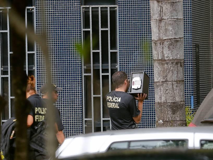 Em Brasília, agentes chegam com material apreendido e um cofre na Superintendência da Polícia Federal - 14/11/2014
