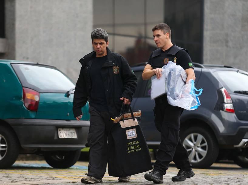 Agentes da Polícia Federal com documentos apreendidos - A Polícia Federal cumpre nesta sexta-feira mandados de prisão e de busca e apreensão durante Operação Lava Jato - 14/11/2014