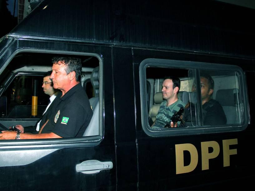 Carro com presos na Operação Lava Jato deixa a Polícia Federal do Rio de Janeiro em direção ao aeroporto Antônio Carlos Jobim, de onde embarcarão para Curitiba - 14/11/2014