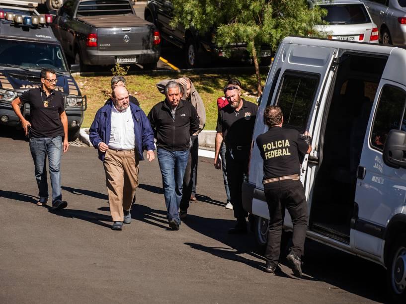 Presos na operação Lava Jato deixam a sede da Policia Federal com destino ao IML da cidade de Curitiba para fazer o exame de corpo de delito