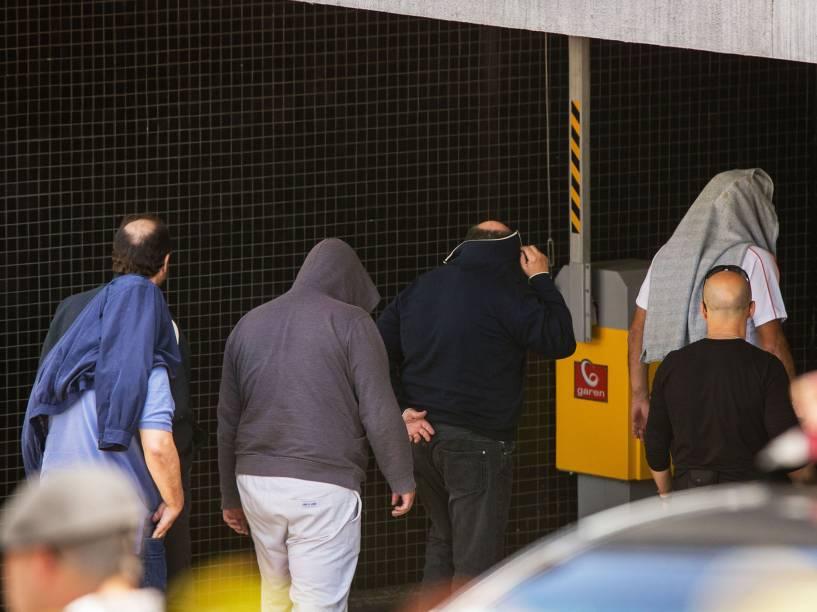 Presos na operação Lava Jato chegam à sede da Policia Federal após a saída para o IML da cidade de Curitiba para fazer o exame de corpo de delito