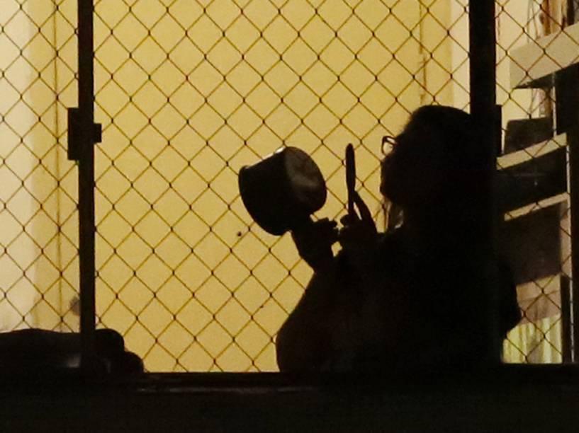 Moradores de edifício na avenida Nove de Julho, região central da capital paulista, fazem barulho batendo panelas e utilizando cornetas durante pronunciamento em rede nacional de televisão do PT - 06/08/2015