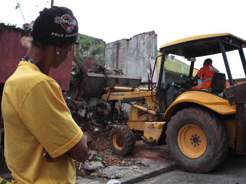 A Polícia Civil e o Corpo dos Bombeiros realizam buscas de corpos em dois imóveis vizinhos à casa do pintor Jorge Luiz Morais de Oliveira, na favela Alba, Jabaquara, zona Sul de São Paulo - 30/09/2015