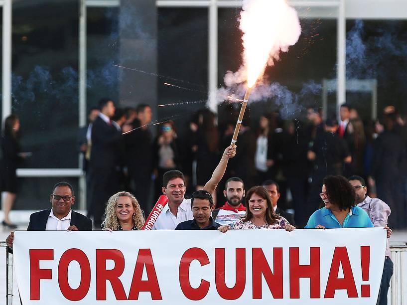 Manifestantes contra o presidente da Câmara dos Deputados, Eduardo Cunha, soltam fogos de artifício em frente ao Superior Tribunal Federal (STF) em Brasília, nesta quinta-feira (05)