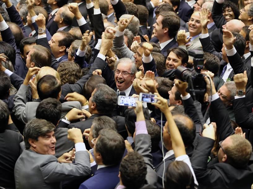 Aliados de Eduardo Cunha comemoram a eleição do deputado  do PMDB para presidente da Câmara