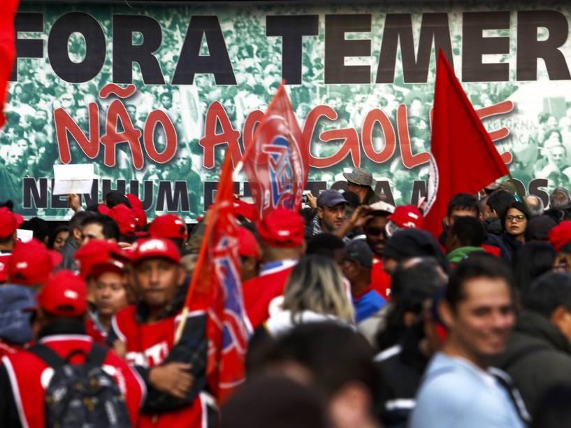 Manifestantes ligados à diversos movimentos sociais, culturais e centrais sindicais participam do ato Fora Temer, Não ao Golpe, Nenhum Direito a Menos!, na Avenida Paulista, em São Paulo (SP) - 10/06/2016