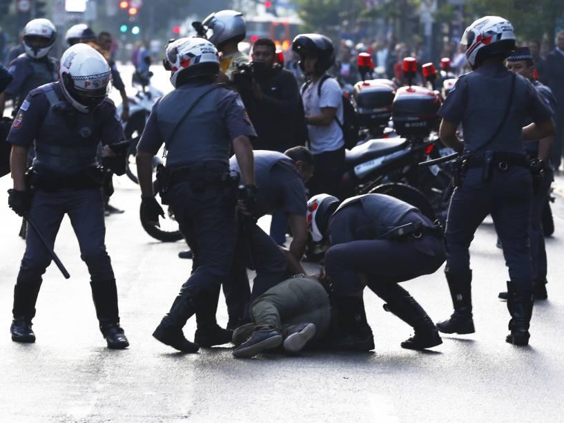 Policia dispersa manifestantes, integrantes do MTST (Movimento dos Trabalhadores Sem Teto), que ocuparam o hall do prédio onde se localiza o escritório da Presidência da República, na Avenida Paulista, em São Paulo(SP) - 01/06/2016