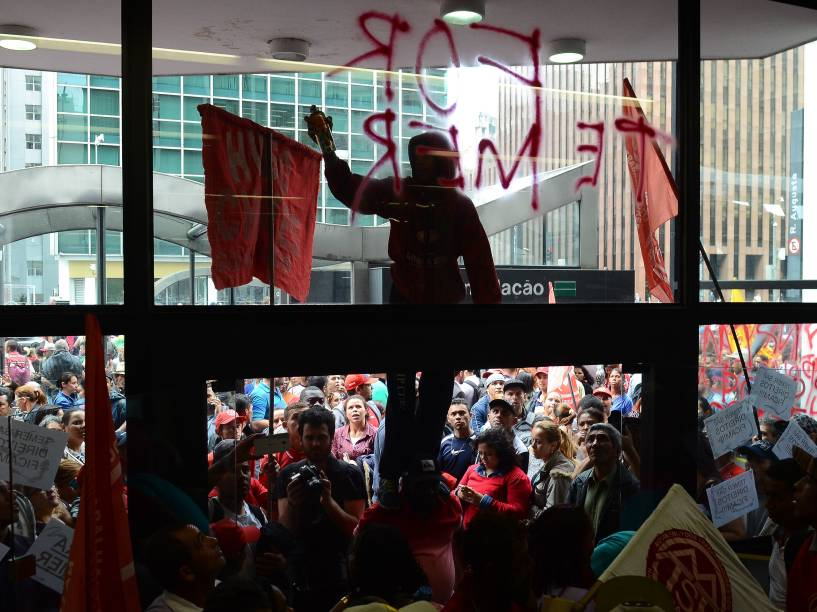 Militantes do Movimento dos Trabalhadores Sem Teto (MTST) ocupam a entrada do prédio onde funciona o escritório da Presidência da República, na Avenida Paulista, em São Paulo (SP) - 01/06/2016