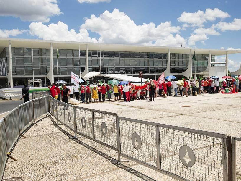 Movimentação de populares da Esplanada dos Ministérios até o Congresso Nacional, em Brasília (DF), antes da posse da presidente Dilma Rousseff - 01/01/2015